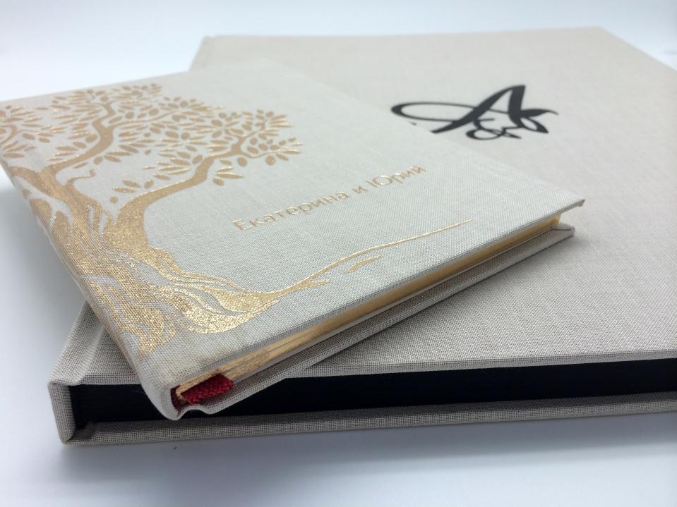 Тканевый переплет, черное тиснение, ручная сшивка блока, калька, черная дизайнерская бумага.