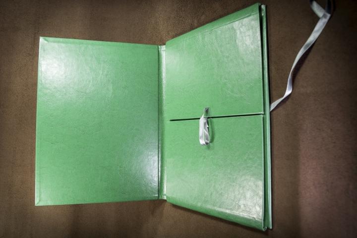 Кожаные папки ручной работы от 1 экз. Ручное и фирменное тиснение. Папка для прайса, папка для руководителя, папки на подпись, на юбилей, на доклад. Папки с кольцевым механизмом. Адресные папки ручной работы в коже на заказ